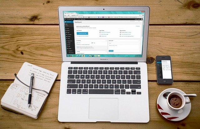 ノートパソコンにワードプレスとコーヒー