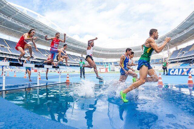 水上の障害レースをする男性たち