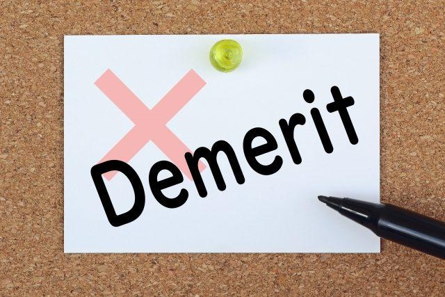 Demerit文字とペン
