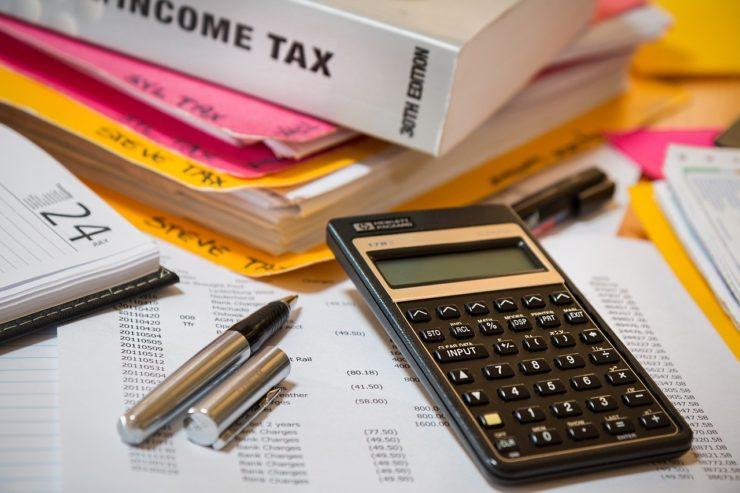 税金対策のため電卓と書類