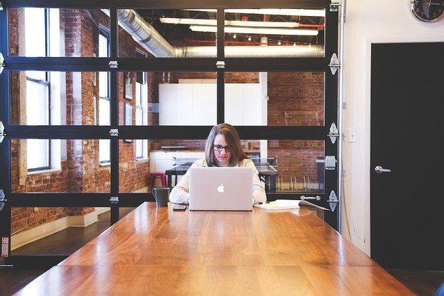 オフィスでパソコンを使う女性