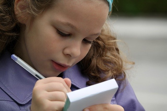 メモを書く女の子
