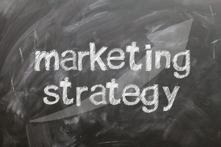 黒板にmarketing-strategies